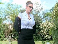 Gros seins, Brunette brune, Femme dominatrice, Lunettes, Mère que j'aimerais baiser, Bureau, De plein air, Grande