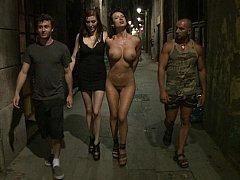 Gros seins, Brunette brune, Domination, Extrême, Pénétrer avec le poing, Humiliation, Public, Punition