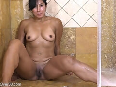 Mommy Lady Rubs Twat In The Shower - Darkhaired Babe